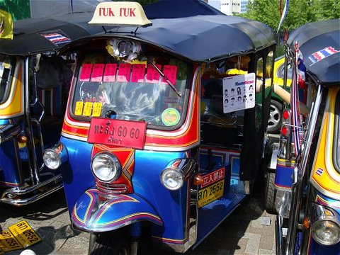 TUK TUK 自動三輪タクシーも展示即売されています